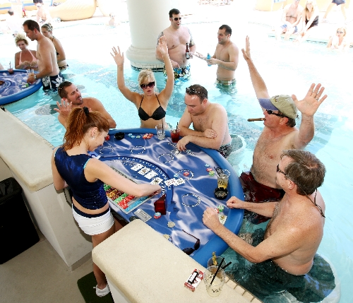 Blackjack in pool a hit at Caesars | Las Vegas Review-Journal