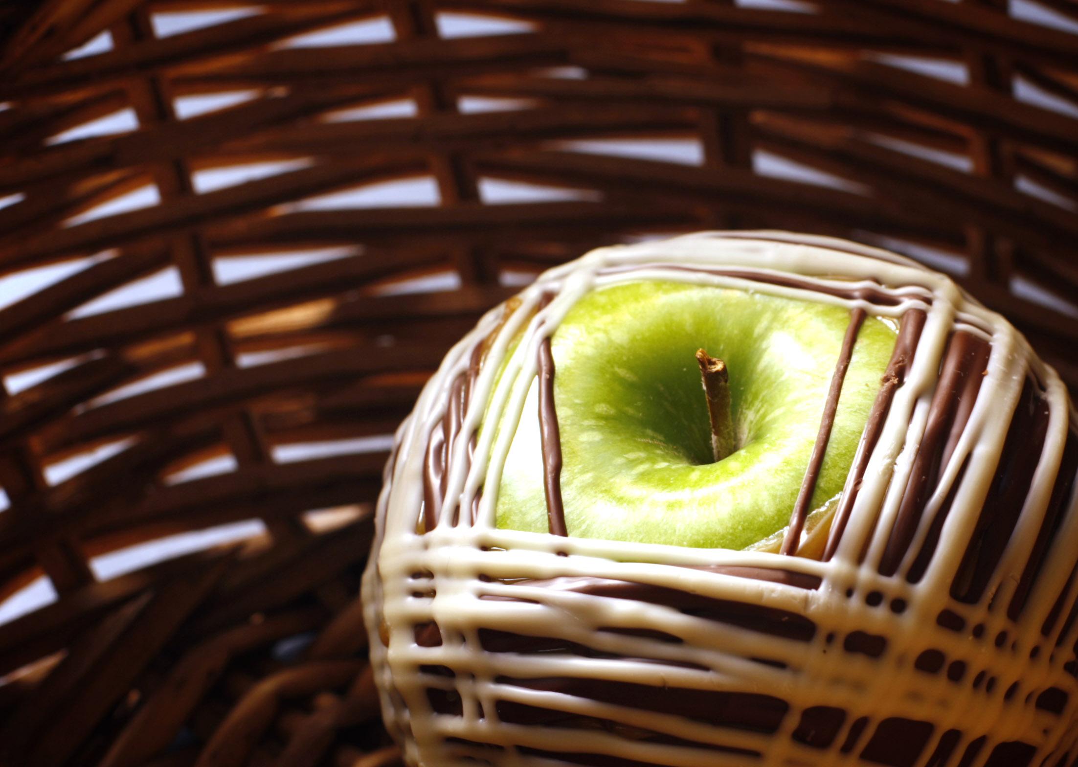 Making Caramel Apples at Ethel M Chocolate Factory – Las Vegas ...