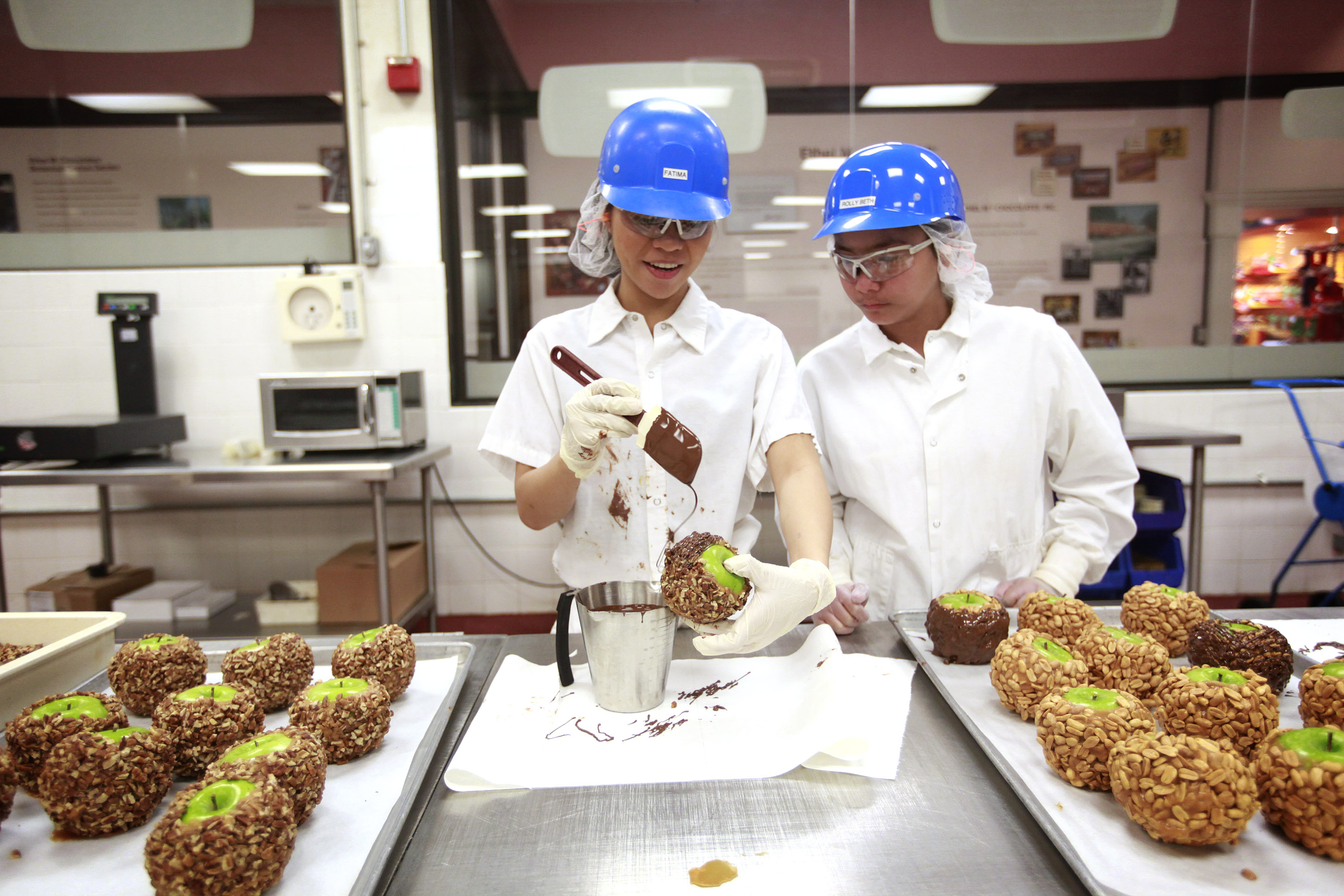 Making Caramel Apples at Ethel M Chocolate Factory – Las Vegas ...