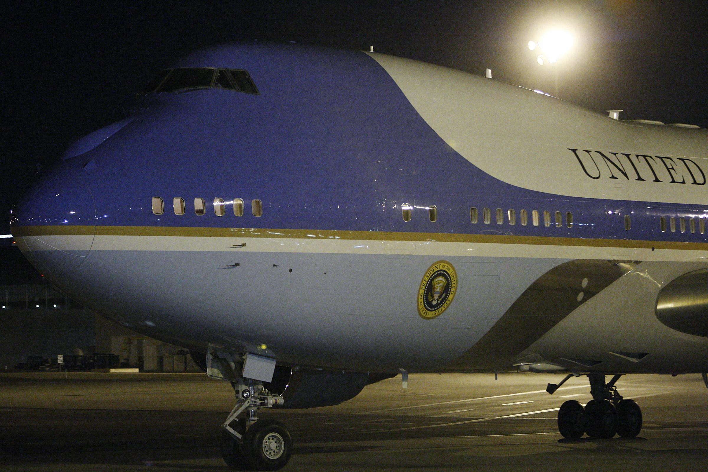 obama_arrives2012.02
