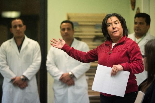 Health educator Gail Muniz speaks to attendees at Muevete Bailando.