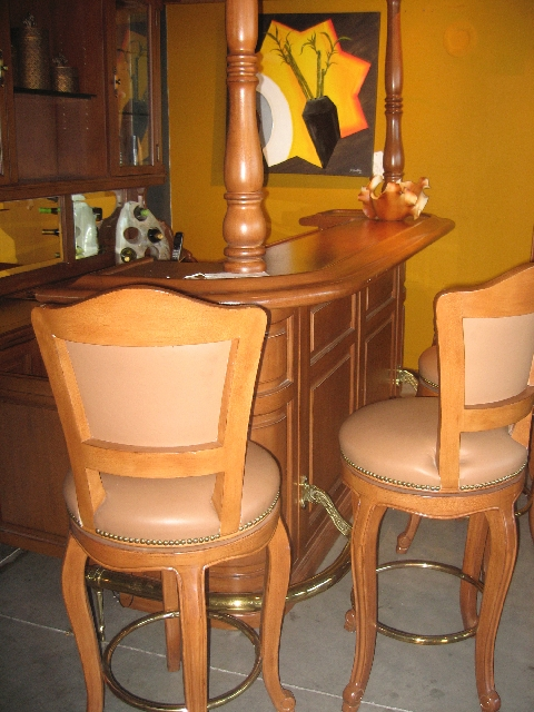 This setting shows the correct fit for barstools and the bar.