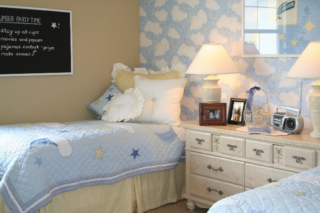 Blue is a sleep-inducing color and promotes peace and tranquility, which makes it ideal for bedrooms.