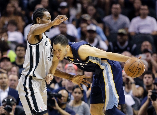 Memphis Grizzlies' Tayshaun Prince, right, is defended by San Antonio Spurs' Kawhi Leonard (2) during the second half in Game 1 of a Western Conference Finals NBA basketball playoff series on Sund ...