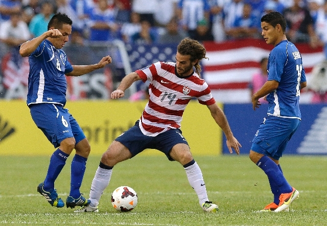 United States' Kyle Beckerman, center, dribbles between El Salvador's Richard Menjivar Peraza, left, and Kevin Santamaria Guzman during the second half in the quarterfinals of the CONCACAF Gold Cu ...