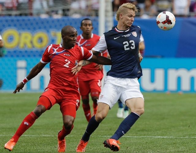United States' Brek Shea, right, and Panama's Leonel Parris battle for the ball during the second half of the CONCACAF Gold Cup final soccer match at Soldier Field, Sunday, July 28, 2013 in Chicag ...
