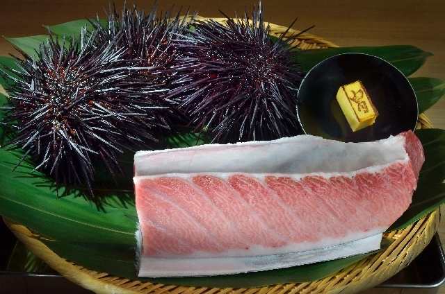 Bluefin tuna, live sea urchins and a sweet omelette are shown at Kabuto Edomae Sushi Restaurant. The fish is delivered fresh every day from Tsukiji fish market in Tokyo,  (Jason Bean/Las Vegas Rev ...