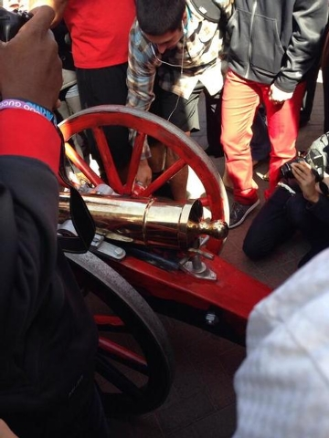 UNLV students gather around the red Fremont Cannon. (Courtesy @fabyyfab/Twitter)