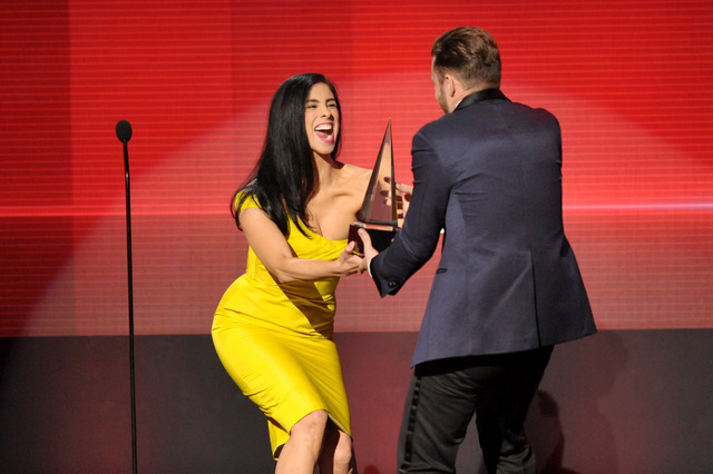 "Sarah Silverman presents the award for favorite album - soul/R&B to Justin Timberlake for ""The 20/20 Experience"" at the American Music Awards at the Nokia Theatre L.A. Live on Sunday, No ..."