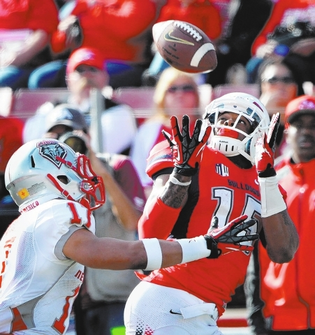 Davante Adams, right, looks over his shoulder to catch a touchdown pass from Derek Carr in the first quarter against New Mexico on Nov. 23, 2013. (Courtesy Fresno Bee)