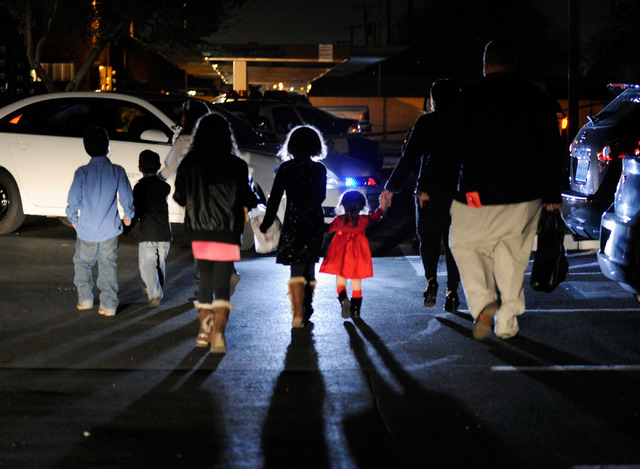 A family arrives home as Las Vegas police investigate a shooting at the Regency Heights apartments, 3650 E. Lake Mead Blvd., on Tuesday. (David Becker/Las Vegas Review-Journal)