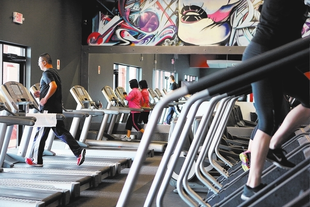 Members workout at Edge Fitness on Jan. 22 in Las Vegas. (Ronda Churchill/Las Vegas Review-Journal)
