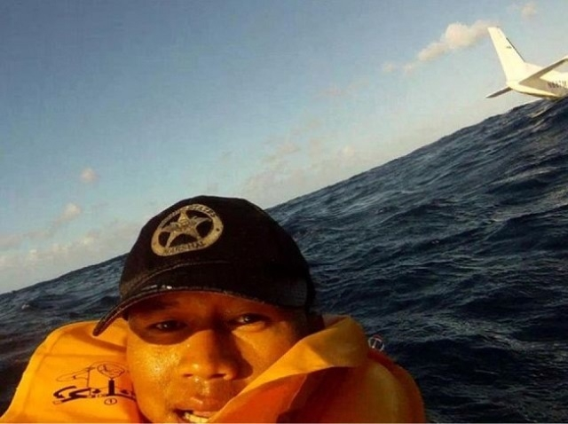 Ferdinand Puentes took this picture of himself after a plane crash off the Hawaiian coast in December. (Imgur/Ferdinand Puentes)