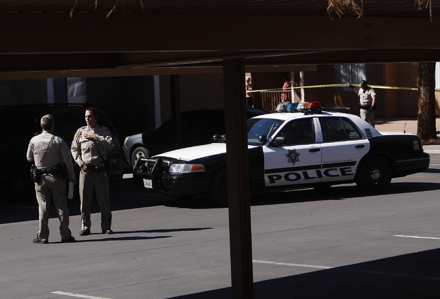 Metro Police officers investigate a shooting at Nellis Gardens apartment complex in Las Vegas on March 19, 2014. (Jason Bean/Las Vegas Review-Journal)
