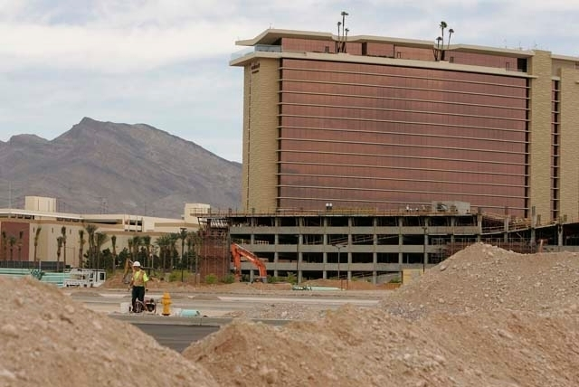 Construction workers work in 2008 on the Summerlin Centre mall behind the Red Rock Resort (JOHN LOCHER/LAS VEGAS REVIEW-JOURNAL)