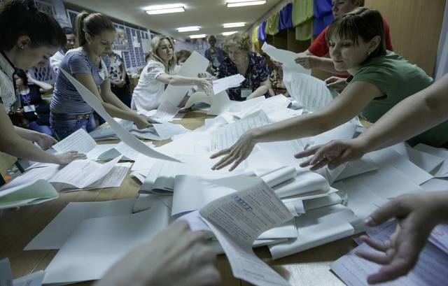 Members of the election commission count ballot papers in a polling station in Kiev May 25, 2014.  Billionaire Petro Poroshenko claimed Ukraine's presidency on Sunday after exit polls gave him an  ...