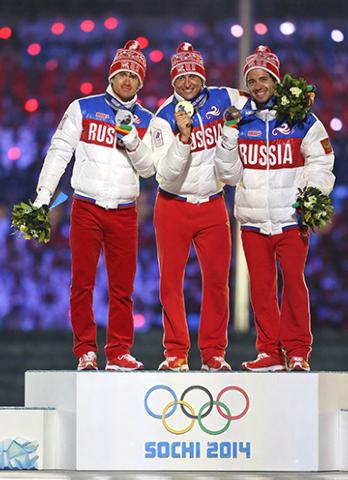 Desde la izquierda, ganador de la medalla de plata de Rusia Maxim Vylegzhanin, ganador de la medalla de oro de Rusia Alexander Legkov  y ganador de la medalla de bronce de Rusia Ilia Chernousov en ...