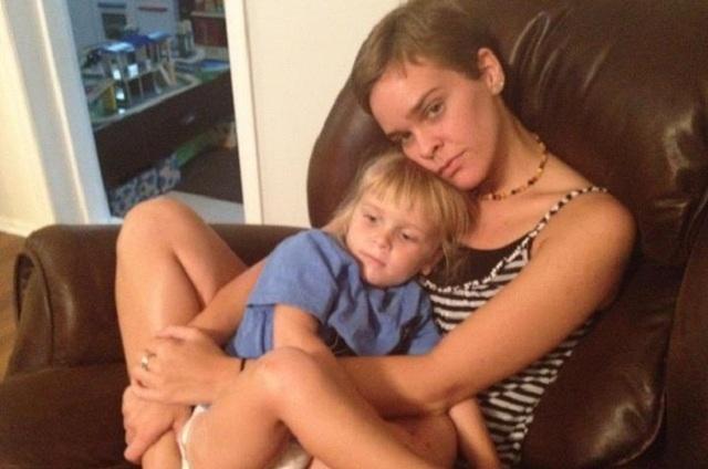 молодая мама дала сыну позабавиться со своей киской фото.