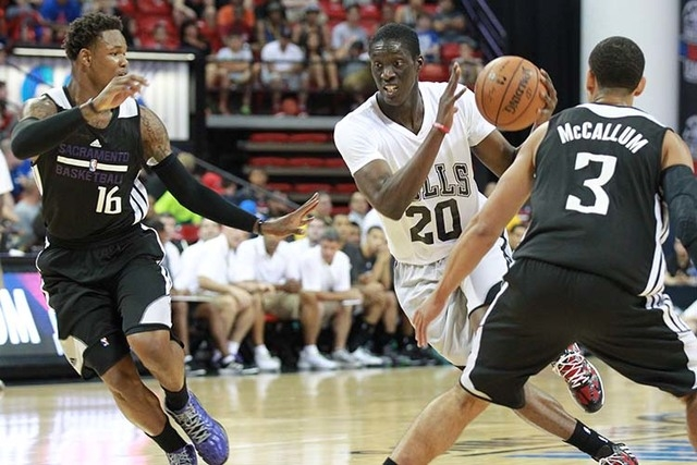 Chicago's Tony Snell (20) looks to drive the ball past Sacramento's Ben McLemore (16) and Ray McCallum (3) during an NBA Summer League quarterfinal game at the Thomas & Mack Center in Las Vegas on ...