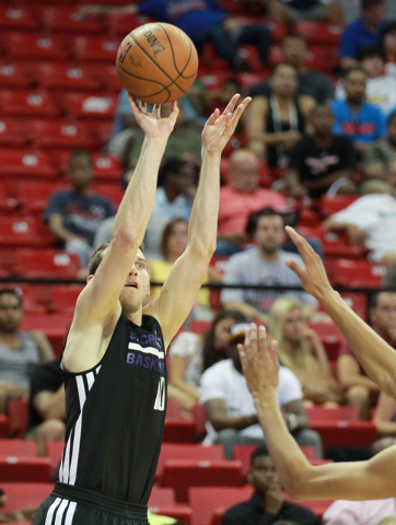 Sacramento's Nik Stauskas (10) goes up for a shot against Washington during an NBA Summer League semifinal game at the Thomas & Mack Center in Las Vegas on Sunday, July 20, 2014. (Chase Stevens/La ...