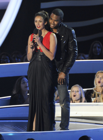 Nina Dobrev, left, and Trey Songz present the award for Best Rock Video at the MTV Video Music Awards at The Forum on Sunday, Aug. 24, 2014, in Inglewood, Calif. (Photo by Chris Pizzello/Invision/AP)