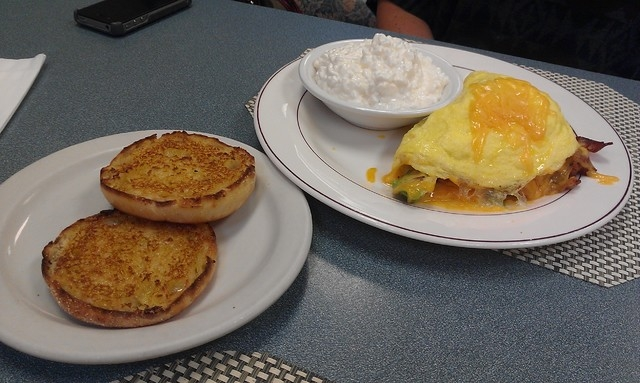 Breakfast items at Jamms include a variety of omelets. (Lisa Valentine/View)
