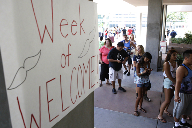 Students and their families line up to check in to Dayton Complex residence halls during freshmen move in day at UNLV in Las Vegas Wednesday, Aug. 20, 2014. (Erik Verduzco/Las Vegas Review-Journal)