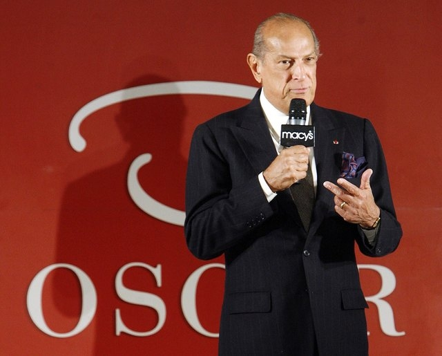 "Oscar De La Renta addresses the audience to speak about his ""Oscar"" fashion line in Macy's Department Store during New York Fashion Week in this February 7, 2007 file photo. Designer Osc ..."