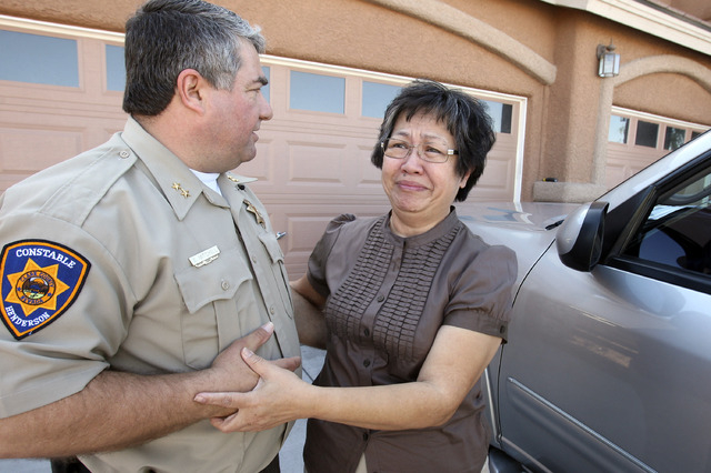 Henderson Constable Earl Mitchell, left, offers support to former homeowner Rosie Adaoag after he served her with a foreclosure eviction, Feb. 2, 2009. (John Gurzinski/Las Vegas Review-Journal)