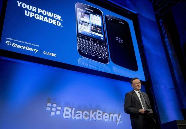 BlackBerry Chief Executive John Chen introduces the new Blackberry Classic smartphone during the launch event in New York, December 17, 2014. (REUTERS/Brendan McDermid)