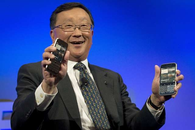 BlackBerry Chief Executive John Chen shows two future models of the new Blackberry Classic smartphone during a launch event for in New York, December 17, 2014. (REUTERS/Brendan McDermid)