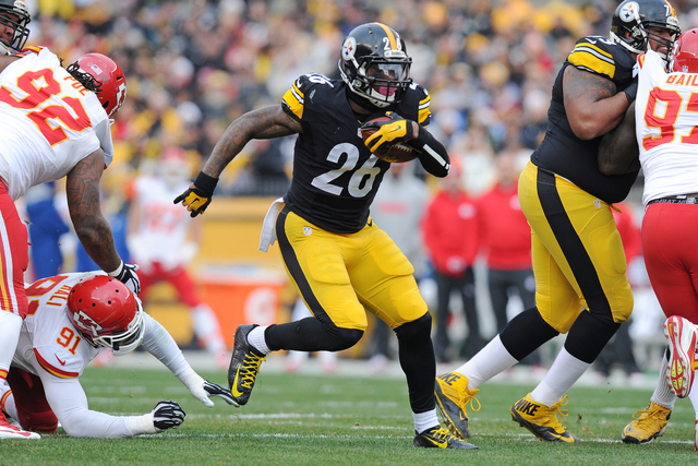 Pittsburgh Steelers running back Le'Veon Bell (26) carries the ball during the first half of an NFL football game against the Kansas City Chiefs in Pittsburgh, Sunday, Dec. 21, 2014. (AP Photo/Don ...