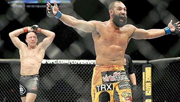 Johny Hendricks, der. intercambio de golpes con Georges St. Pierre, de Canadá, durante de UFC 167 , el sábado 16 noviembre de 2013 en Las Vegas, Nevada. St. Pierre ganó por decisión dividida.  ...