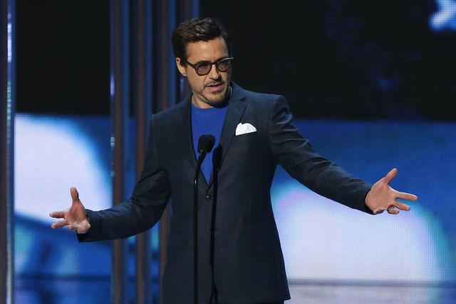 Robert Downey Jr. accepts the award for favorite movie actor during the 2015 People's Choice Awards in Los Angeles, California January 7, 2015.   REUTERS/Mario Anzuoni