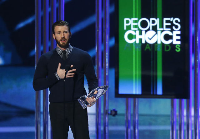 Chris Evans accepts the award for favorite action movie actor during the 2015 People's Choice Awards in Los Angeles, California January 7, 2015.   REUTERS/Mario Anzuoni
