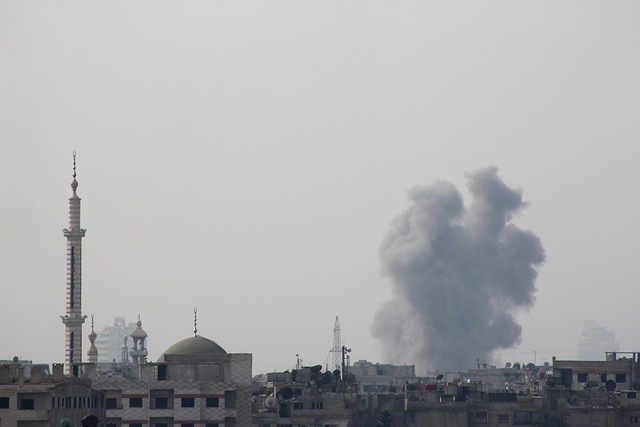 Smoke rises after what activists said was an airstrike by forces loyal to Syria's President Bashar al-Assad in eastern Al-Ghouta, near Damascus January 25, 2015. (REUTERS/Diaa Al-Din)