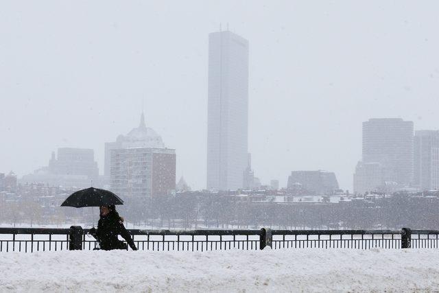 A pedestrian walks across the Mass Ave bridge following a winter snow storm in Boston, Massachusetts February 10, 2015. (REUTERS/Brian Snyder)