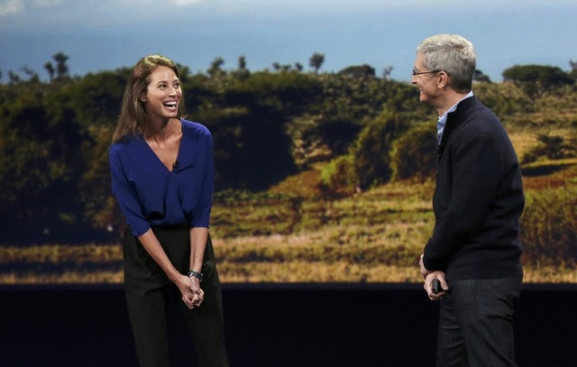 Model Christy Turlington Burns (L) speaks to Apple CEO Tim Cook about the Apple Watch during an Apple event in San Francisco, California March 9, 2015. (REUTERS/Robert Galbraith)