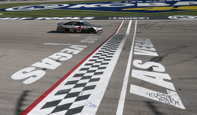 Kevin Harvick (4) approaches the finish line to win the NASCAR Sprint Cup Series Kobalt 400 race at the Las Vegas Motor Speedway on Sunday, March 8, 2015. (Chase Stevens/Las Vegas Review-Journal)