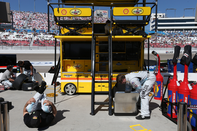 Joey Logano pit crew members Ray Gallahan, left, and Kellen Mills prepare for the start of the NASCAR Sprint Cup Series Kobalt 400 race at the Las Vegas Motor Speedway on Sunday, March 8, 2015. (C ...