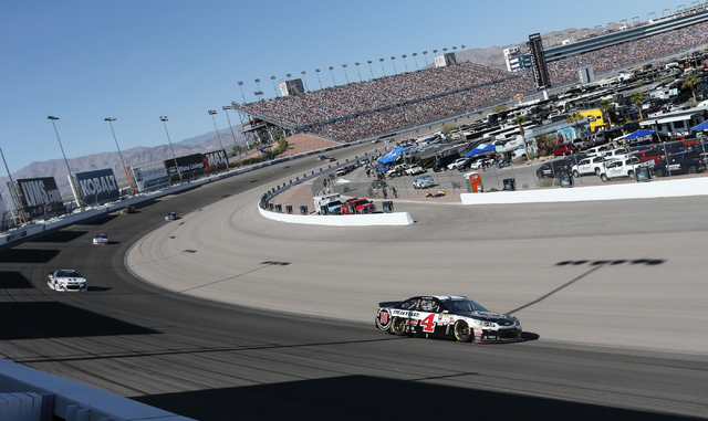 Kevin Harvick (4) leads during the NASCAR Sprint Cup Series Kobalt 400 race at the Las Vegas Motor Speedway on Sunday, March 8, 2015. Harvick won the race. (Chase Stevens/Las Vegas Review-Journal)