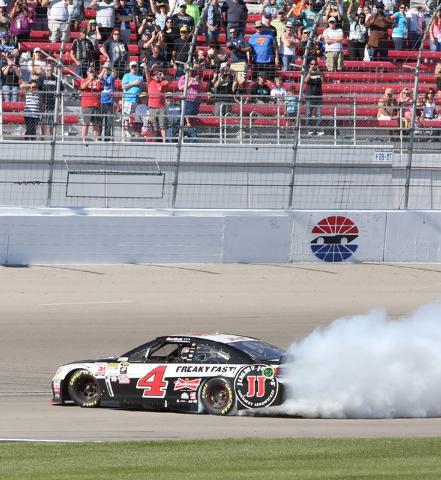 Kevin Harvick (4) does a burnout after winning the NASCAR Sprint Cup Series Kobalt 400 race at the Las Vegas Motor Speedway on Sunday, March 8, 2015. (Bizuayehu Tesfaye/Las Vegas Review-Journal)