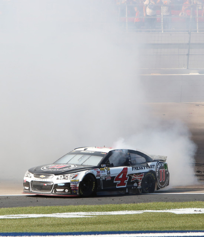 Kevin Harvick (4) does a burnout after winning the the NASCAR Sprint Cup Series Kobalt 400 race at the Las Vegas Motor Speedway on Sunday, March 8, 2015. (Bizuayehu Tesfaye/Las Vegas Review-Journal)