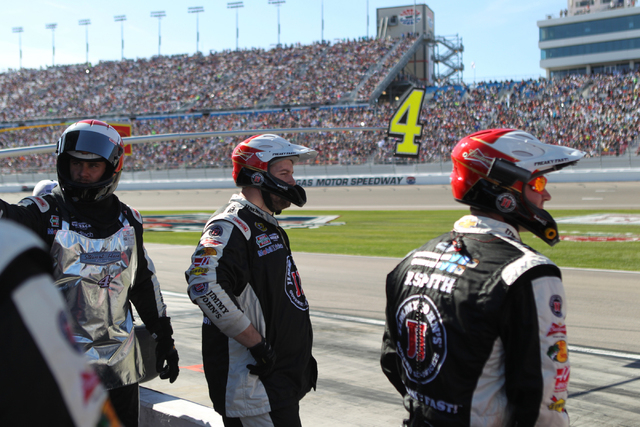 Pit crew members for Kevin Harvick (4) wait at their pit stop the NASCAR Sprint Cup Series Kobalt 400, Sunday, March 8, 2015. (Erik Verduzco/Las Vegas Review-Journal)
