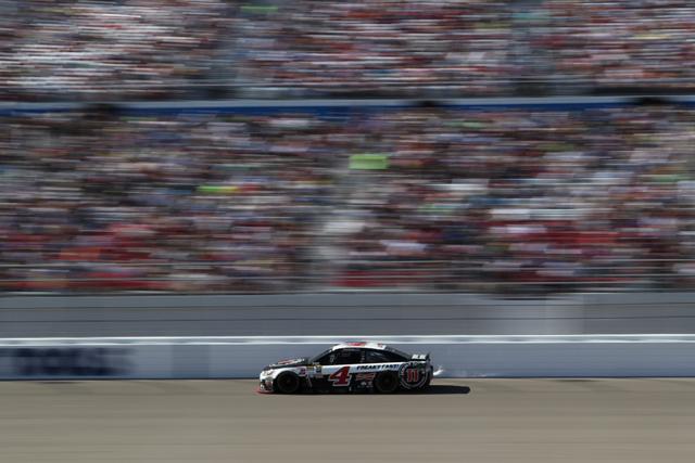 Kevin Harvick (4) races in the NASCAR Sprint Cup Series Kobalt 400, Sunday, March 8, 2015. Harvick won first place. (Erik Verduzco/Las Vegas Review-Journal)