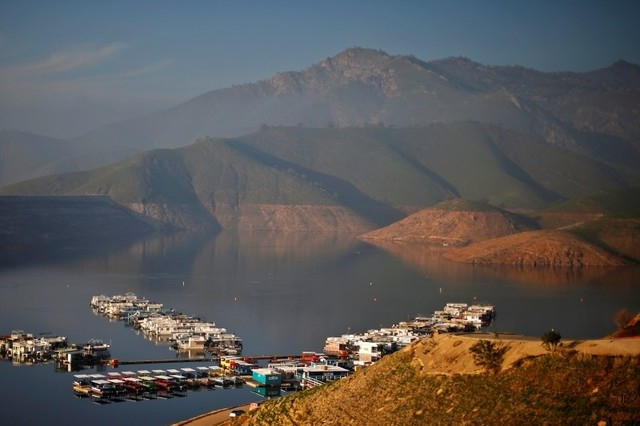 Houseboats sit on Lake Kaweah, well below the visible high-water mark in Lemon Cove, California January 17, 2015. (REUTERS/Lucy Nicholson)