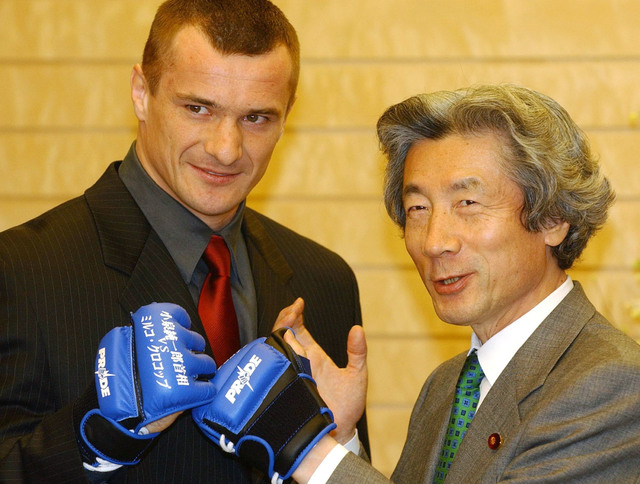 Mirko Crocop Filipovic (L), a K-1 fighter-turned-member of parliament of Croatia, and Japanese Prime Minister Junichiro Koizumi meet at Koizumi's official residence in Tokyo February 13, 2004. Cro ...