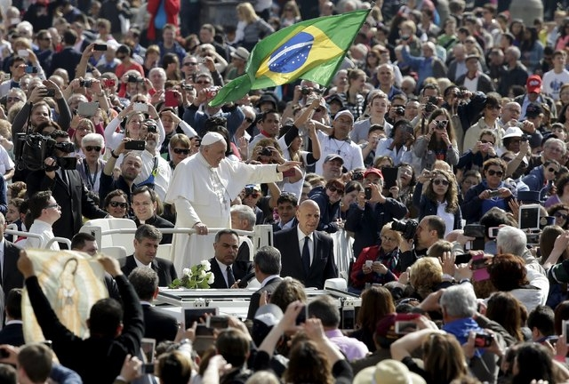 Pope Francis waves as he arrives to lead the weekly audience in St. Peter's Square at the Vatican, April 29, 2015. (Reuters/Max Rossi)