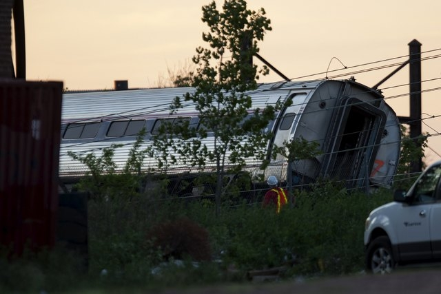 A worker passes one of the cars of a derailed Amtrak train in Philadelphia, Pennsylvania, May 13, 2015. REUTERS/Mike Segar