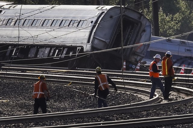 Officials survey the site of a derailed Amtrak train in Philadelphia, Pennsylvania, May 13, 2015. (Reuters/Mike Segar)